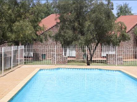 N.A. Smit Oudtshoorn Holiday Resort - pool