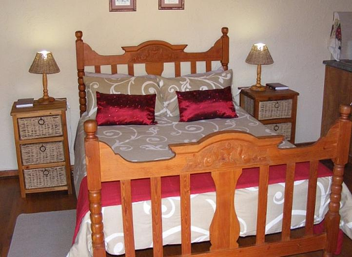 Grace cottage - bedroom with red