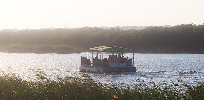 Makakatana Bay Lodge - boat