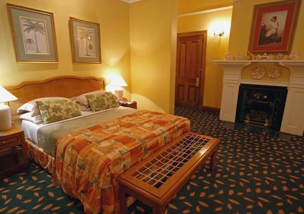 Courtyard Hotel - bedroom