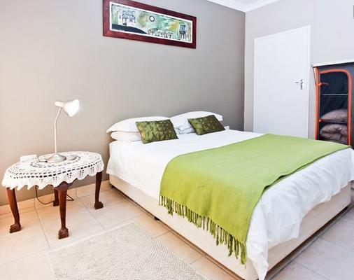Oudtshoorn Overnight - bedroom