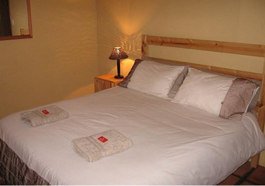 asher riverside cottage - bedroom