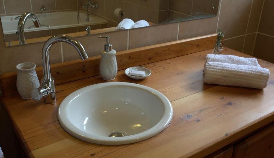 Apple Cottage - bathroom